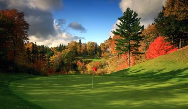 Parcours de golf en automne
